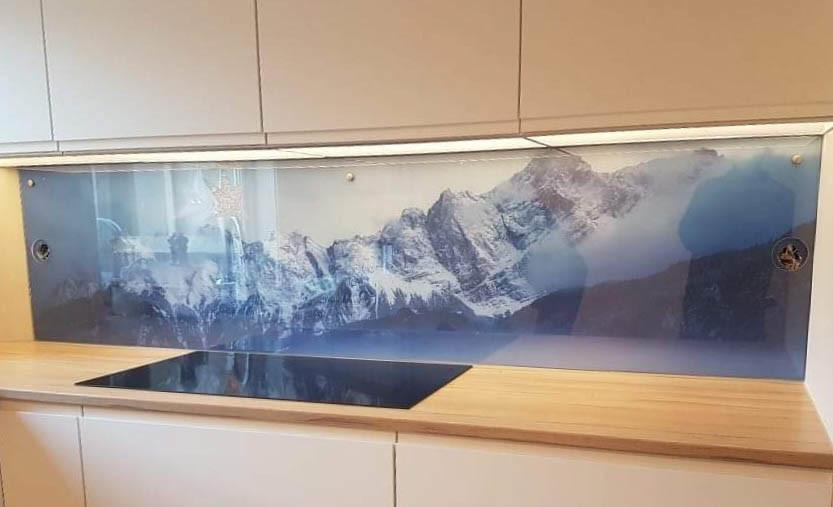 Glassplate over kjøkkenbenk